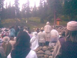 Виссарион спускается к собравшимся послушать Его Слово
